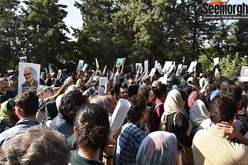 پوستر های عباس کیارستمی در دست مردم