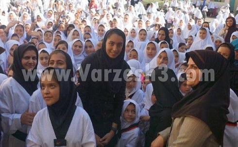عکس کیمیا علیزاده در افتتاحیه مدرسه