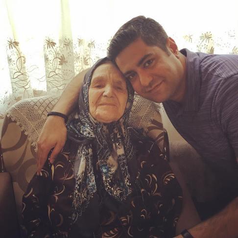 همسر آزاده نامداری در کنار مادربزرگش