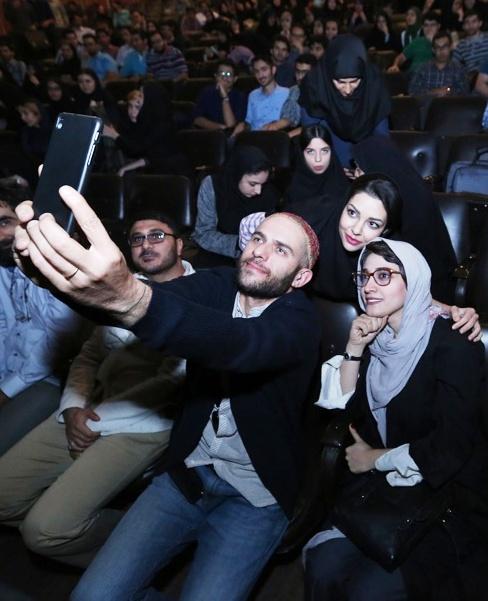 سلفی گرفتن بابک حمیدیان و مینا ساداتی با دانشجویان