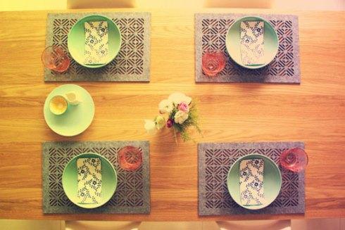 آنها میز را می چینند