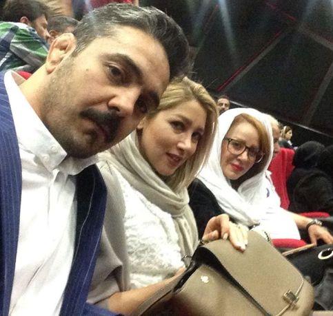 محمد حبیبی در کنار همسر و خواهرش افسانه حبیبی در حال تماشای زاپاس