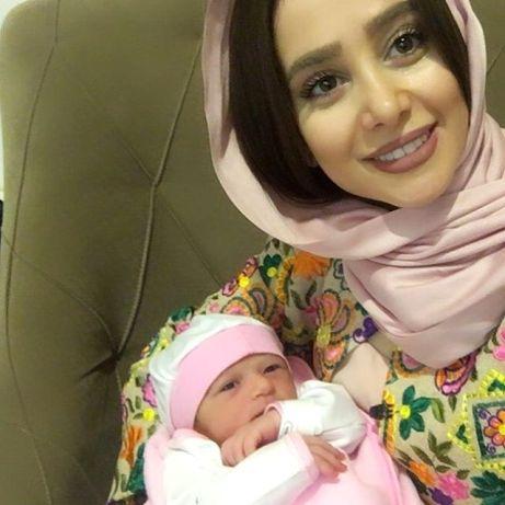 الناز حبیبی در کنار فرزند تازه بدنیا آمده دوستش