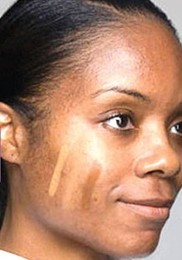 مرحله اول حرفه ای کرم پودر زدن : رنگ کرم پودر مناسب پوست صورت تان انتخاب کنید