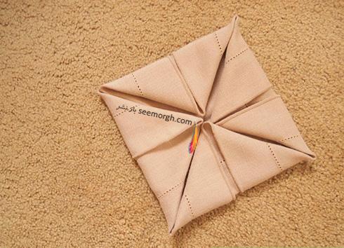 مرحله چهارم تزیین دستمال سفره به شکل زیربشقابی