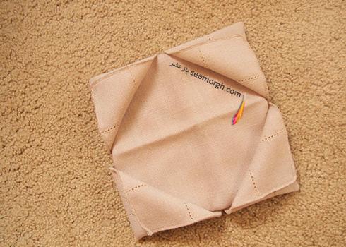 مرحله ششم تزیین دستمال سفره به شکل زیربشقابی