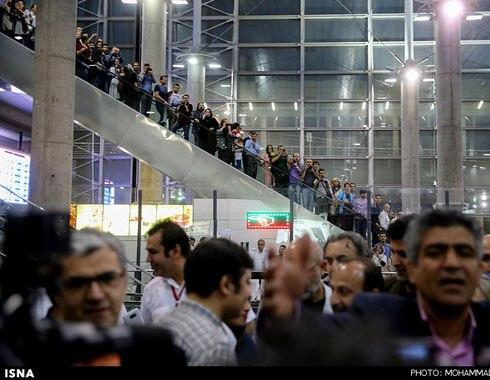 مردم در انتظار ورود عوامل فروشنده