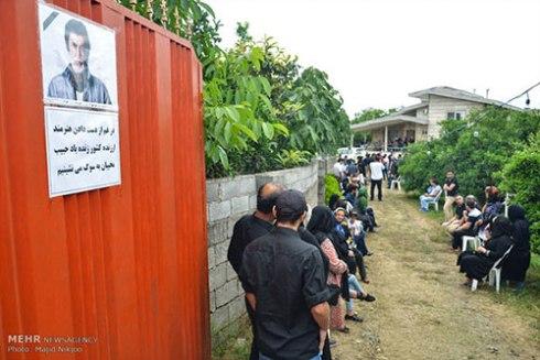 حضور مردم در حیاط منزل حبیب