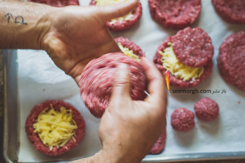 مرحله اول درست کردن همبرگر شکم پر سورپرایزی