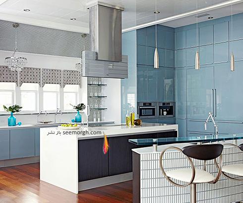 دکوراسیون آشپزخانه با ترکیب رنگی طوسی، آبی و سفید
