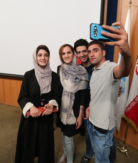 سلفی گرفتن مینا ساداتی با دانشجویان