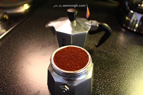 مرحله اول دم کردن قهوه با موکا پات Moka pot