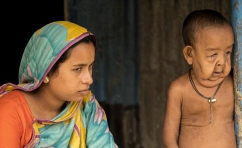 بچه 4 ساله در کنار مادرش