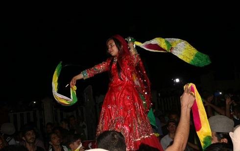 رقص یک دختر در خیابان