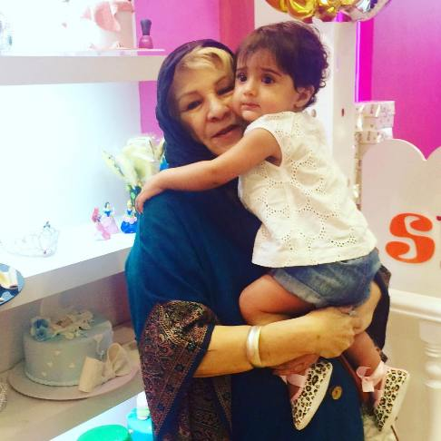 مادر شبنم قلی خانی در کنار دخترش شانا