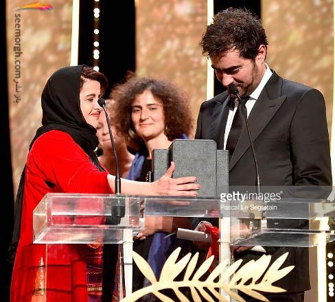کتایون شهابی درحال اهدای نخل طلا به شهاب حسینی