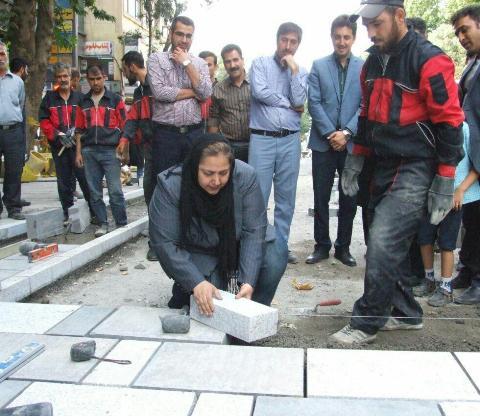 شهره لرستانی درحال سنگفرش کردن خیابان