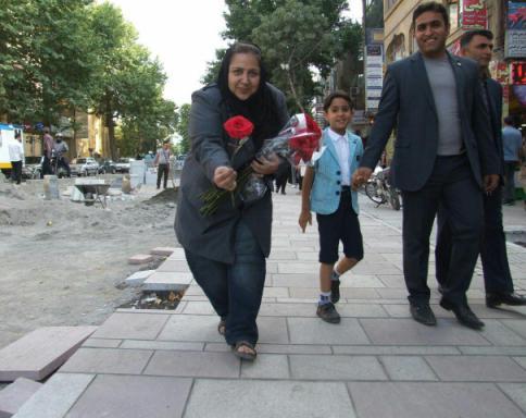 اهدای گل توسط شهره لرستانی