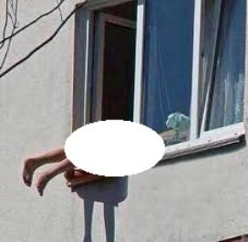 برهنه شدن زن برای آفتاب گرفتن