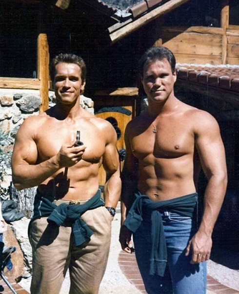 آرنولد شوارتزنگر همراه با بدل خود پیتر کنت در فیلم «کماندو»