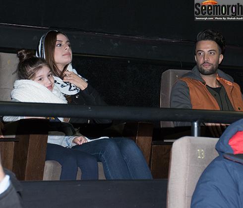 بنیامین و شایلی و بارانا درحال تماشای فیلم سلام بمبئی