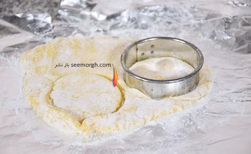 مرحله چهارم درست کردن شیرینی میوه ای برای نوروز