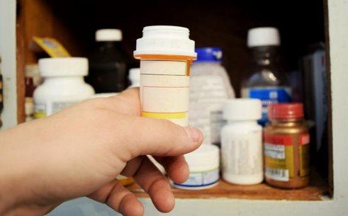 1. قفسه داروهایتان را پاکسازی کنید