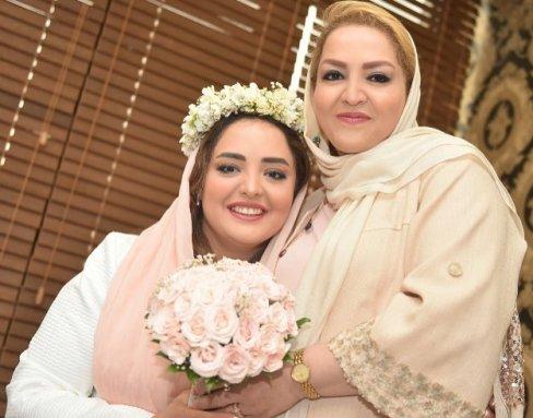 نرگس محمدی و مادرش در مراسم عقد وی