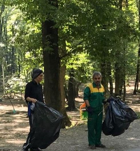 عکس های هدیه تهرانی در حال جمع آوری زباله از طبیعت