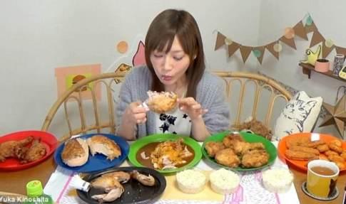 دختر ژاپنی این غذا ها را در 5 دقیقه می خورد