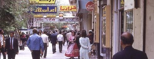 تصویری از مردم در خیابان در دهه 50