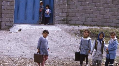 کودکان روستایی در راه مدرسه در ایران دهه 50