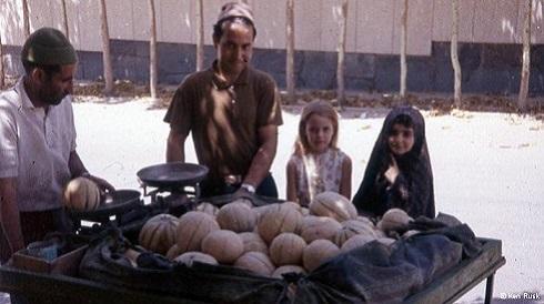 دختر خردسال کن راسک در کنار طالبی فروش ایرانی