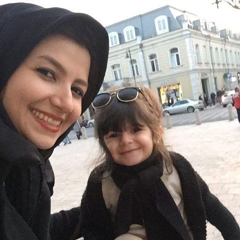 ملیکا زارعی و دختر مانلی در خارج از کشور