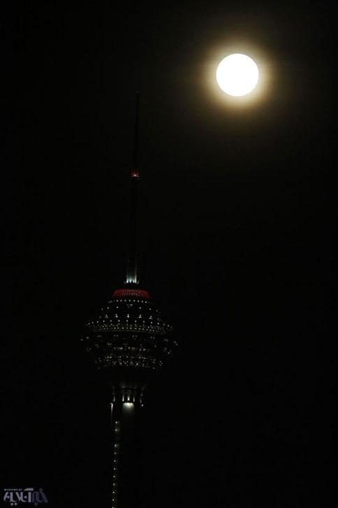 ابر ماه در کنار برج میلاد