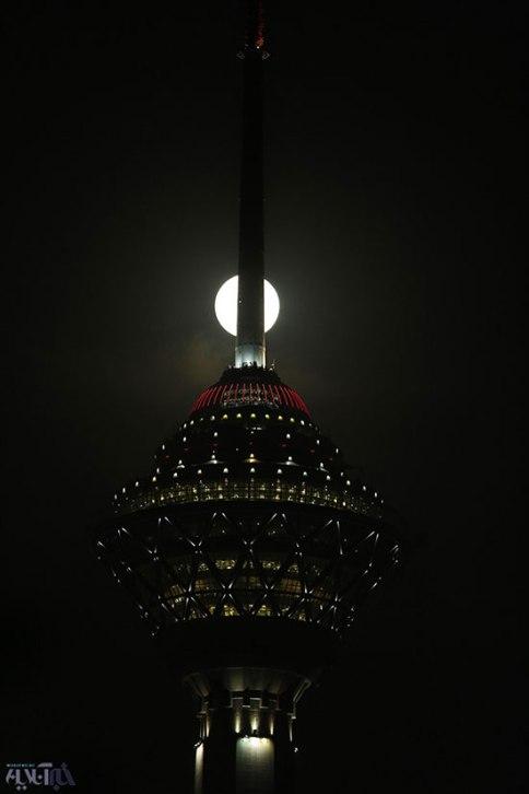 ماه زیبا در کنار برج میلاد