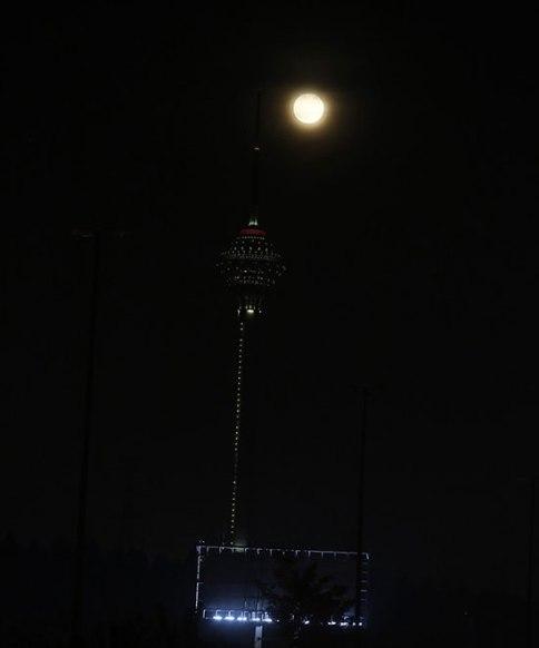 ماه زیبا در کنار برج میلاد 2