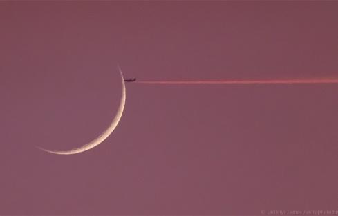 عبور هواپیما از مقابل ماه