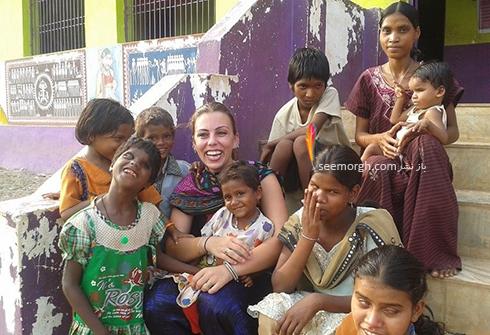 نرگس کلباسی در هند در کنار کودکان بی سرپرست