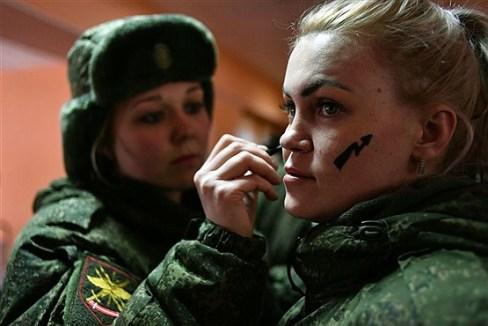نیروهای یگان ویژه موشکی در منطقه یاروسلاو روسیه در حال استتار چهره همقطارش