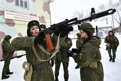 یک کماندوی زن تیر انداز روس