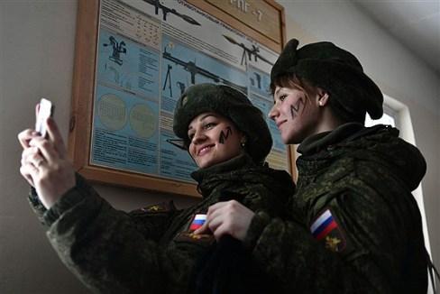 کماندوهای زن روس در حال سلفی گرفتن