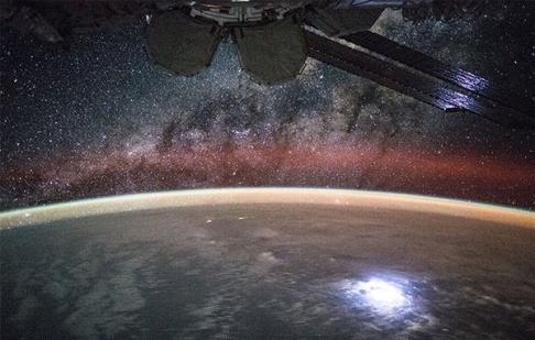 عکس بی نظیر از زمین و کهکشان راه شیری