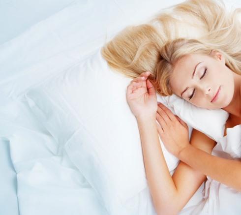 18.برای کاهش وزن هنگام خواب در خرید یک بالش خوب دست و دل باز باشید