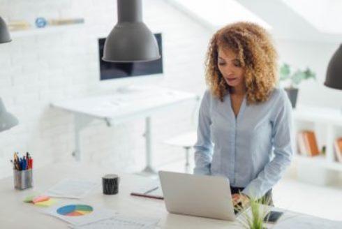 زنی در حال کار کردن با کامپیوتر