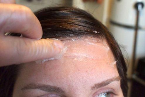 با وازلین اطراف صورت را از آلوده شدن به رنگ مو حفظ کنید