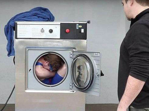 قرار گرفتن در لباس شویی برای شسته شدن!