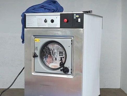 شست وشوی مرد در ماشین لباس شویی