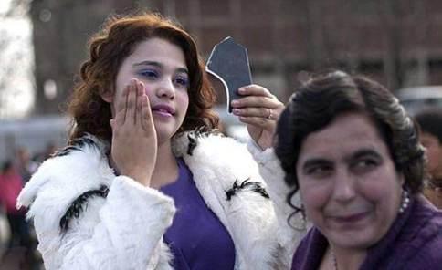 آماده شدن دختر جوان برای حضور در بازار عروس