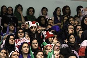 حضور خانمها در استادیوم به رهبری علی کریمی!